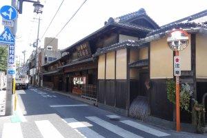 นารามาชิ (Naramachi) เขตการค้าเก่าของนาราที่ยังเก็บรักษาอาคารเก่าๆ โบราณ