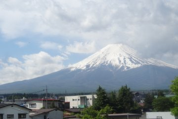 <p>ภูเขาฟูจิสัญาลักษณ์ของญี่ปุ่น มองจากบนรถไฟสายฟูจิกิวโกะ ไม่ว่าจะมองมุมไหนก็งดงาม</p>