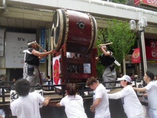 The first part of the parade is much less crowded, so you can see and hear everything. It can get a bit loud, but a drum like this really sets the atmosphere!