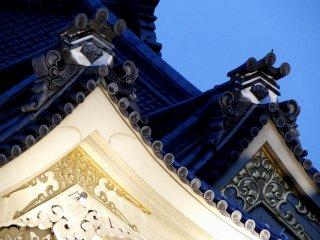 교토 시조 미나미자 가부키 극장의 정교한 지붕