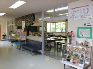 教室。廊下に手洗い。この廊下の先には手回しろくろを使う陶芸教室がある