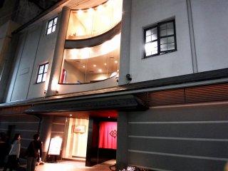 ร้าน Beef MIKAKU และร้าน 'MIKAKU 2nd' มองจากถนน