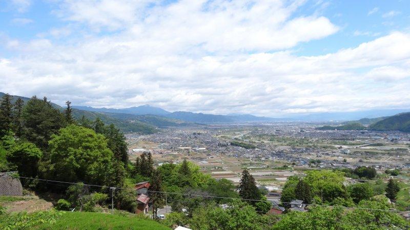 <p>วิวเหนือเมืองนากาโนะจากบนรถไฟสาย JR Shinetsu Main Line</p>