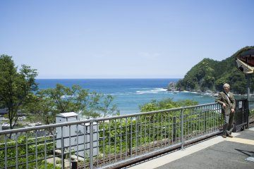 <p>Great views of the Sea of Japan on the rapid service towards Kanosakionsen Station.</p>