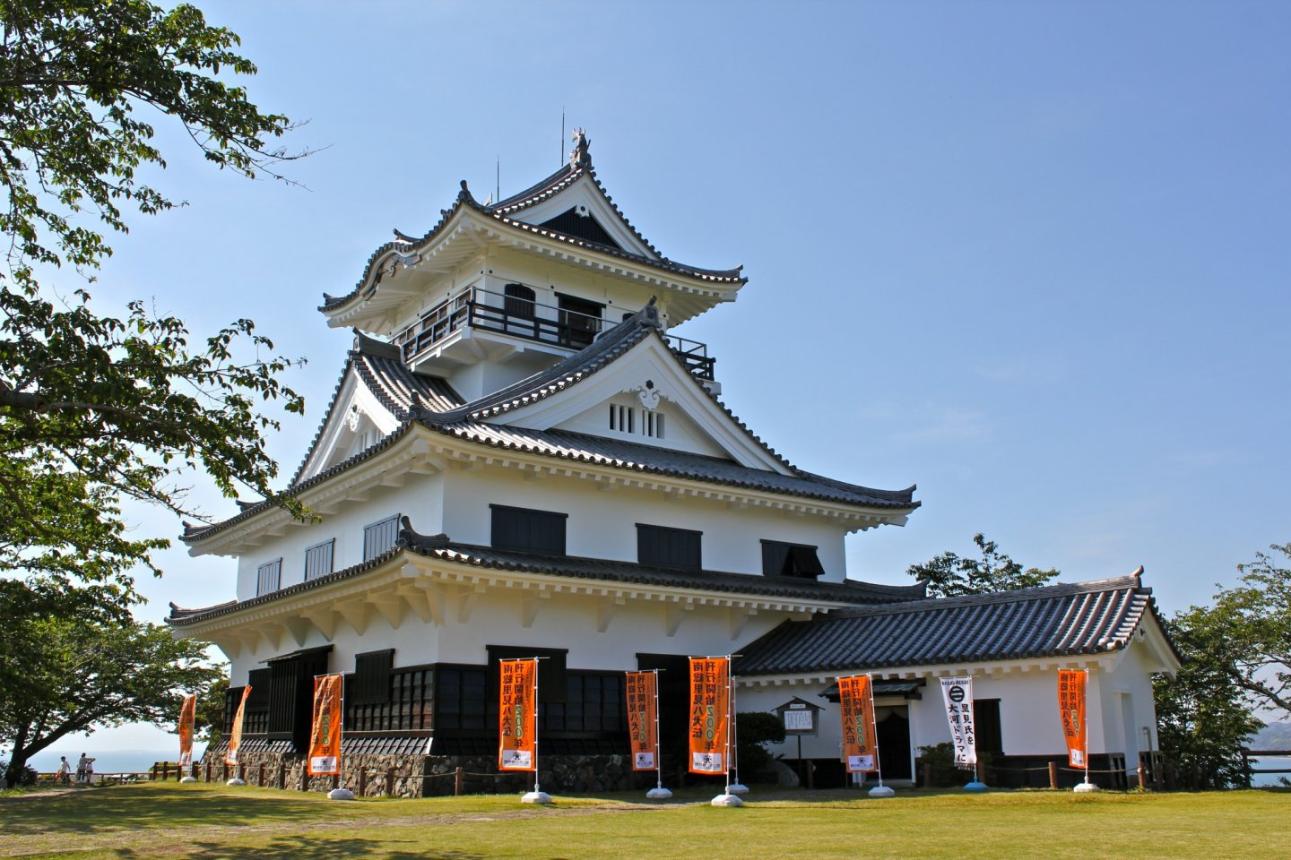 TateyamaCastle, also known as Hakkenden Museum, ismodeled after a castle of the Tenshou period (1573-1592). It is composed of a main turret with a large roof supported by a horizontal beam capped off by a small watchtower.