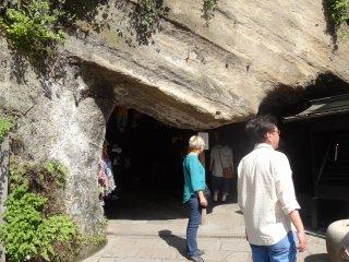 ถ้ำที่มีน้ำใช้ล้างธนบัตร