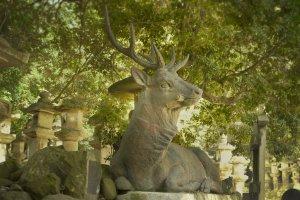 Cette impressionnante statue de cerf crache une eau pure avec laquelle les visiteurs se lavent les mains avant de pénétrer dans le sanctuaire