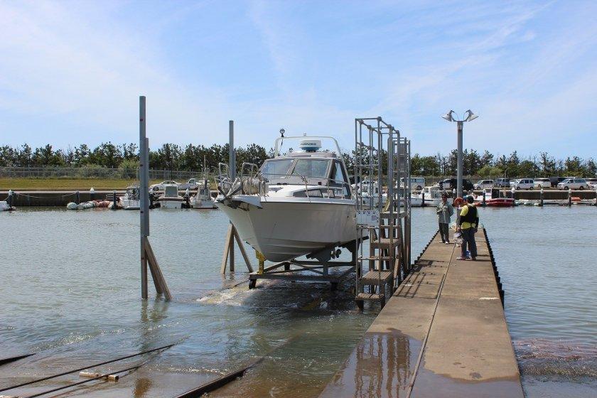 九頭竜川河口にあるこのボートパークはこのような台車懸架式である。乗船はこの桟橋から