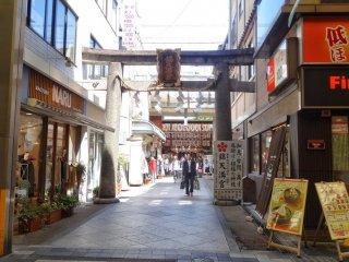 ศาลเจ้า นิชิกิ เท็นแมนกุ (Nishiki Tenmangu) ศาลเจ้าเล็กๆ ที่ตั้งอยู่ตรงสุดปลายด้านตะวันออกของตลาดนิชิกิ