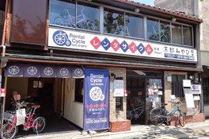 ร้าน Kyoto Miyabiya ซึ่งมีจักรยานให้เช่าหลายแบบ