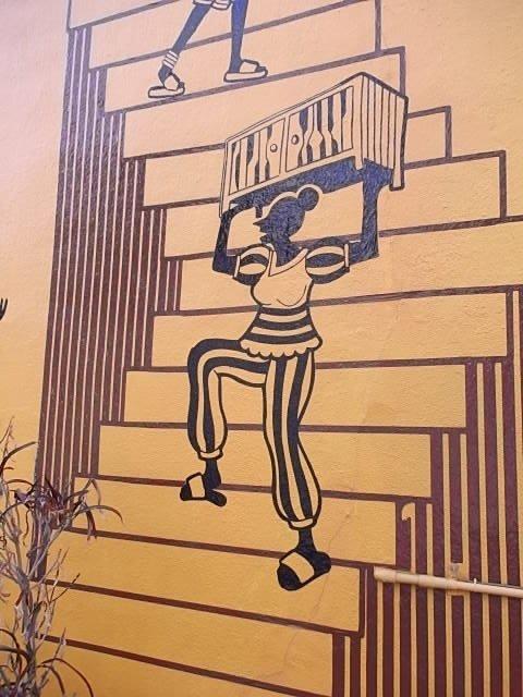 Sebuah mural di luar toko utama, dekat Loisir Hotel
