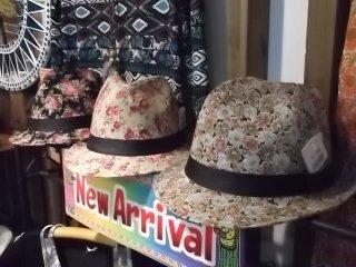 Mereka juga menjual pakaian seperti gaun, sarung, dan topi ini