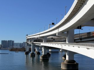Une dernière vue des courbes du pont et de la plage d'Odaiba sur la gauche.