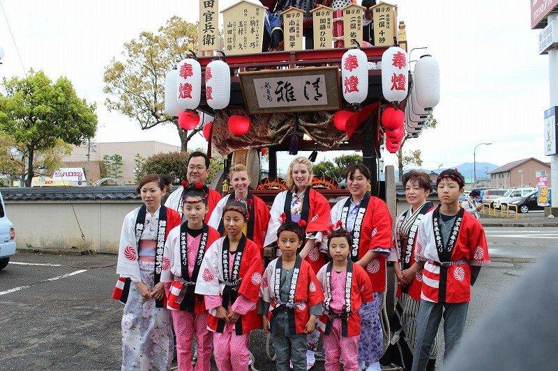 아와라 온천의 흥을 돋우려고 매년 4월 개최되는 '아와라 봄축제'에는 2014년 외국인 여성들을 샤미센 주자로 삼아 산차를 타게 하는 기획이 포함돼 더욱 빛났다