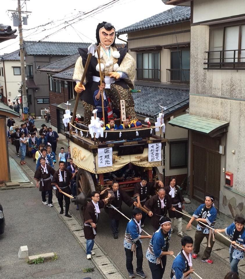 三国祭の豪勢さはこの山車である。