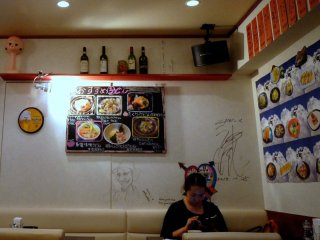 벽에는 일본어와 영어로 된 음식사진이 있다