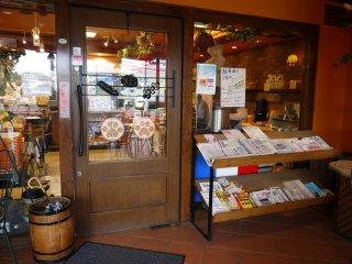 Tại cửa hàng có tạp chí phục vụ khách hàng
