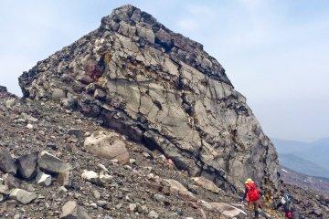 Одна из скал на вершине кратера