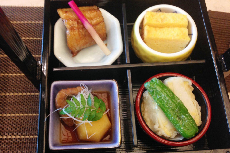 Goûtez au Komachi-Gozen, au menu de la formule déjeuner. L'artisanat délicat de la vaisselle, des boîtes et des soucoupes et bols en porcelaine colorés et hors du temps.