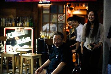 <p>Вход в бар; пространство снаружи бара используется для вечеринок барбекю.</p>