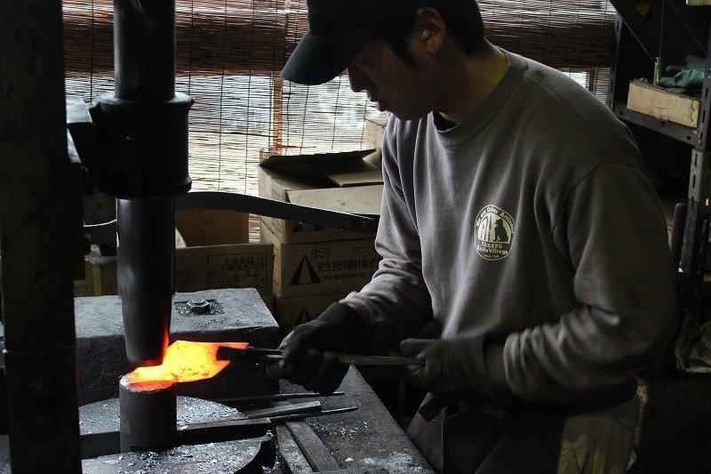 焼いた地鉄をこのようにして叩きながら形を作り上げていく。大変手間のかかる仕事である