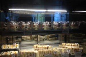 계산대 옆에도 맛있는 디저트와 샌드위치를 팔고 있답니다.