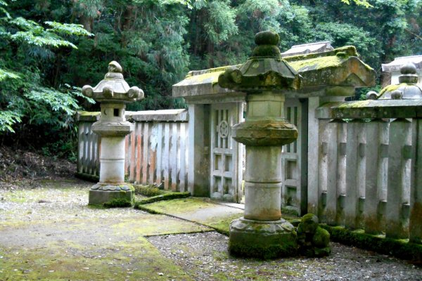 Каменный вход на кладбище