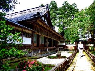 Главное здание храма и красивые песочный сад