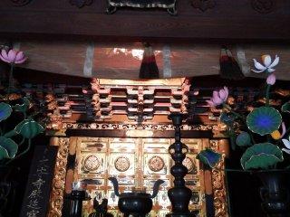 Алтарь внутри главного храмового здания. Главное здание храма является важным национальным достоянием