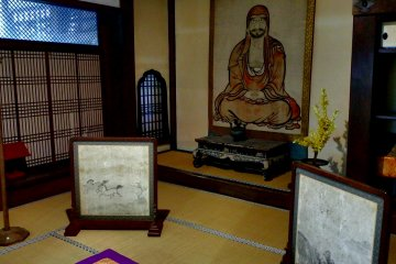 <p>This room was used by Matsudaira Mitsumichi, the 4th lord of Fukui Matsudaira Clan, who built this temple. The Daruma painting is said to be looking at eight different directions and wherever you look at this painting from, you&#39;ll have eye-contact with Daruma...Really?!</p>