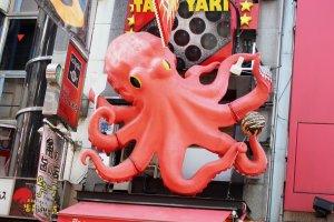 Le restaurant de takoyaki et son poulpe géant