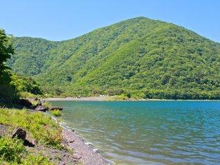 La rive sud du lac Motosuko et ses eaux claires comme de l'eau de roche.