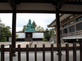 一乗谷からこの福井に移転された寺と大仏であったが、度重なる火事や戦禍、さらに地震によって幾度も焼け落ち破壊されるという石仏であった