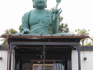 聖観音像の胎内にはおよそ1000年前の弘法大師の作とされる伽羅木の聖観音像が納められており、その像は幾度の災禍にもかかわらず無事であった