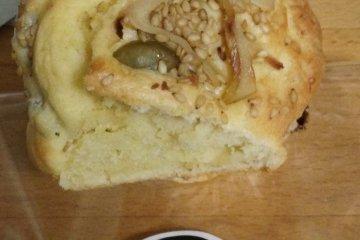 <p>Пряный маффин с корнем лапуха и семенами кунжута</p>