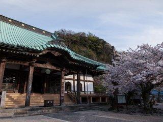Le temple, en soirée, au printemps