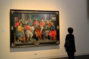 ผู้ชื่นชอบงานศิลปะกำลังดื่มด่ำกับภาพวาดเงียบๆ