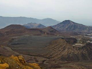 Khung cảnh nhìn từ phía trên đồng bằng rộng lớn bên cạnh một trong những chóp núi lửa đã tắt. Đây là một sa mạc núi lửa, gần như khiến bạn cảm thấy mình lạc vào một hành tinh khác.