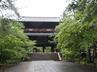 三門全体。下層を天下龍門といい、上層を五鳳楼という。歌舞伎の「楼門五三桐」で、石川五右衛門が「絶景かな~!」と見得を切ることで有名になった