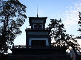 문상의 피뢰침은 일본 최초의 설치다. 또한 이 신문은 국가의 중요 문화재로 지정되어 있다
