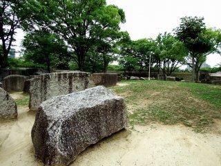 بعد مهاجمة توكوجاوا شوغونايت للقلعة لتدمير عشيرة تويوتومي، قاموا بإعادة بناء القلعة المحروقة. لقد طلبوا من كل دايميو (الأمير المحلي) استخراج حجارة كبيرة من مناطقهم و ذلك تمهيدا لاستخدامها خائط الحجارة هنا و نحتت شعارات العائلات الذين شارك أمراؤها في إعادة البناء
