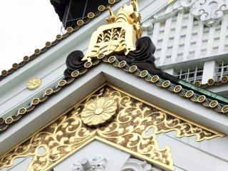 黄金色に輝く豊臣家の家紋、五七の桐と菊の御紋・・・なんて美しい!