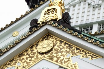 <p>...Toyotomi Clan&#39;s family crest, Paulownia of 5-7, and the crest of chrysanthemum in gold...beautiful!</p>