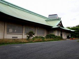 Berlokasi dekat kuil Hokoku berdiri gedung satu lantai yang menakjubkan.