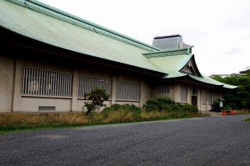 호코쿠신사 옆에 위치한 건물은 인상 깊은 건물이다
