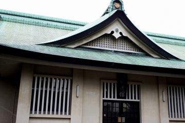 호코쿠신사의 지붕 디자인과 색깔이 비슷하다