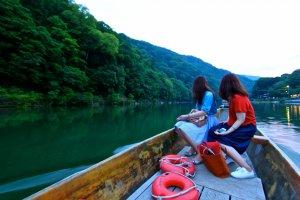 ...ล่องเรือออกไปพร้อมสองสาวชาวญี่ปุ่น...