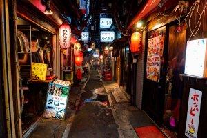 Omoide Yokocho, aussi appelé Memory Lane, une étroite rue bordée de dizaines de petits restaurants