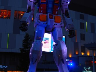 The giant robot statue outside the DiverCity Plaza is based on the classic cult series called Gundam. At 18 meters tall, the Gundam statue was constructed to scale with the original robots from the series.