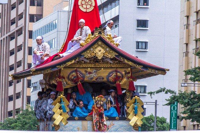 Houka-hoko (放下鉾) Trong suốt Yamaboko Junko (山鉾巡行) ở Kyoto, năm 2012! Cái phao này lấy tên của nó từ hình ảnh nhỏ của một linh mục Hoka đến gần giữa cực của nó. Hoka-so xuất hiện vào giữa thời Muromachi (thế kỷ 15) và là những nhóm tu sĩ Phật giáo đã đi từ nơi này đến nơi khác ở nông thôn giải trí người dân địa phương bằng cách thực hiện một loạt các pha nguy hiểm với mục đích phổ biến đức tin của họ